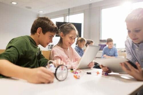 Dzieci pracujące na komputerach i tabletach