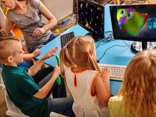 Dzieci pracujące na komputerach