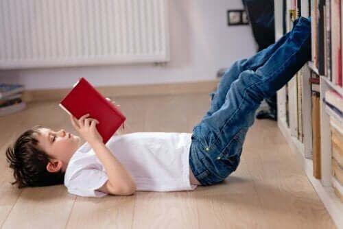 Dziecko czyta na podłodze