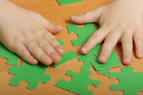 Dziecko układające puzzle - psychologiczne zalety puzzli dla dzieci