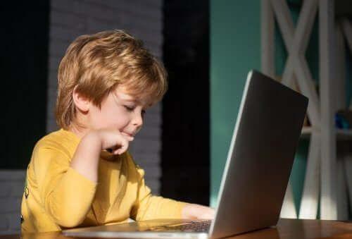 Dziecko z laptopem