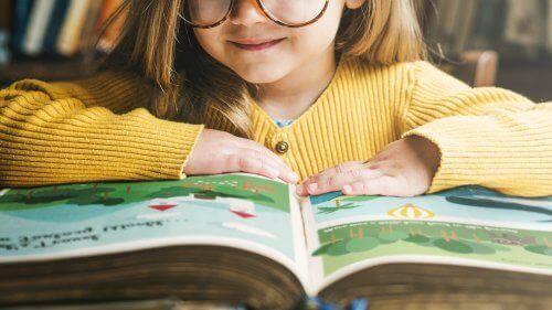 Dziewczynka czytająca książkę, której autorem jest Roald Dahl