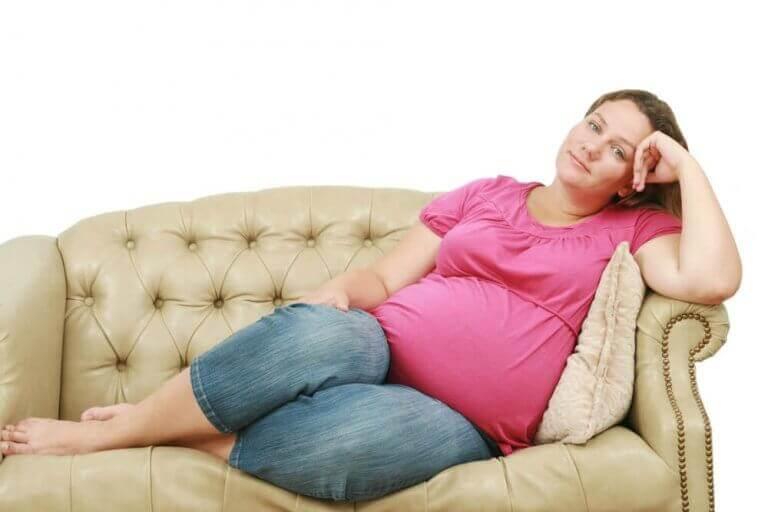 Kobieta w ciąży na kanapie