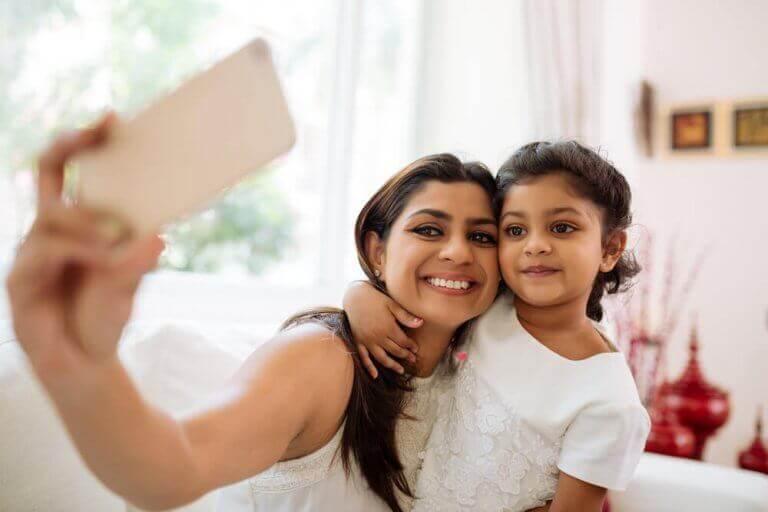 Mama robiąca selfie z córką