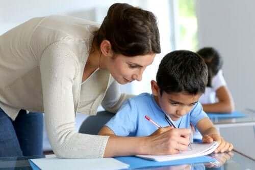 Nauczycielka pomagająca uczniowi - powtarzanie klasy