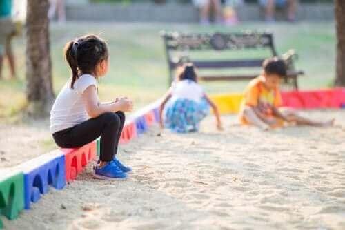 Samotna dziewczynka w piaskownicy