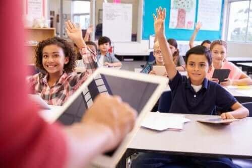 Uczniowie podnoszący ręce