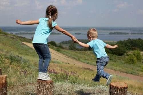 Rywalizacja i czułość między rodzeństwem