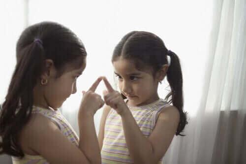 Ciałopozytywność - dziewczynka przegląda się w lustrze