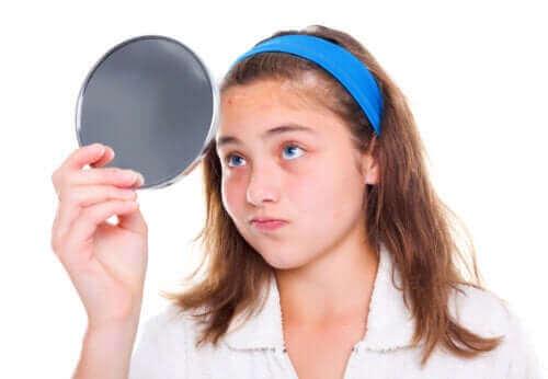 ciałopozytywność - nastolatka przegląda się w lustrze