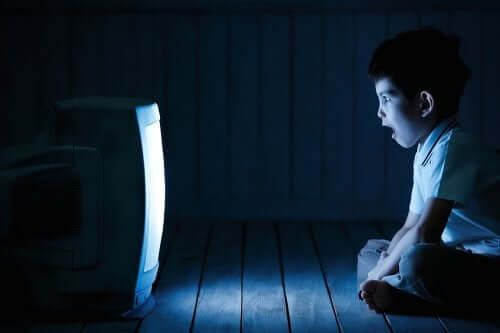 Jak czas spędzany przez ekranem wpływa na nasze dzieci?