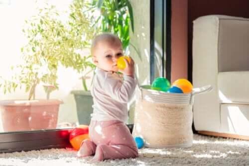 dziecko i kosz skarbów