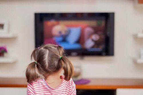 Dziewczynka ogląda telewizję