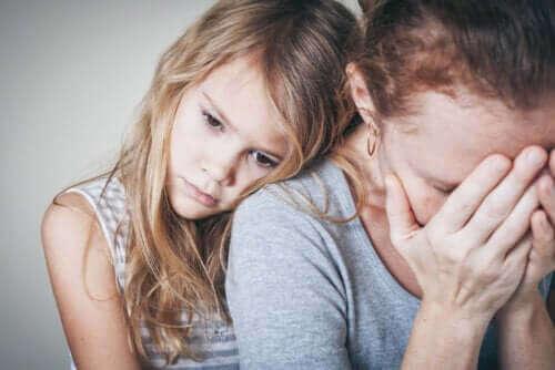 kobieta płacze i odczuwa niepokój, dziewczynka się przytula