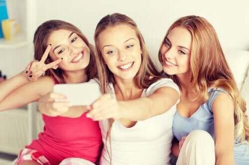 Nastolatki robiące selfie