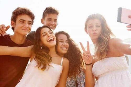 Nastolatkowie robiący selfie