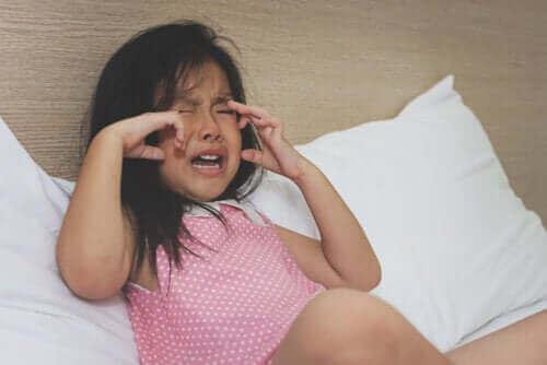 płacząca dziewczynka ma napad złości