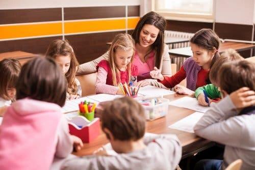 Uczniowie pracujący w grupie - kąciki wzbogacające program nauczania
