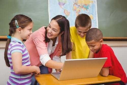 Uczniowie z nauczycielką przed komputerem