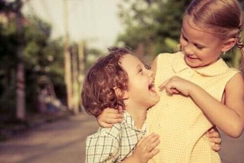 Uśmiechnięte rodzeństwo
