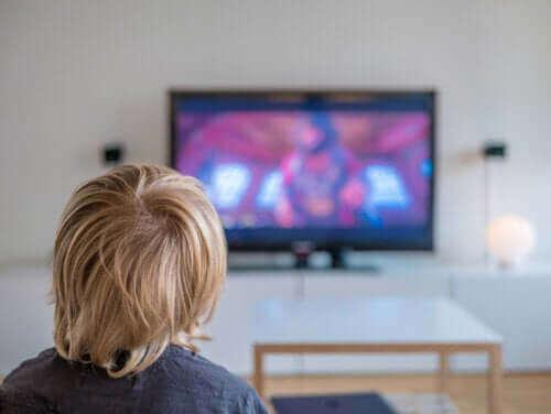 Chłopiec siedzący przed telewizorem