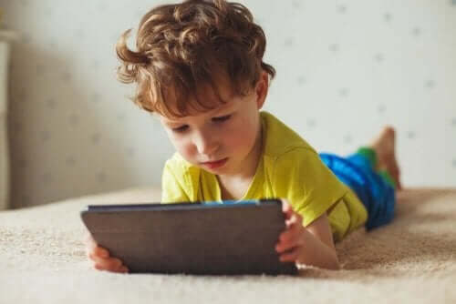 Jak czas spędzany przed ekranem wpływa na dzieci?