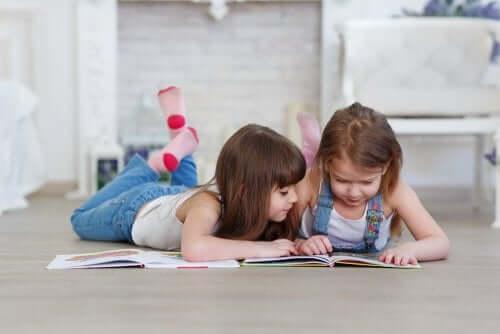 Czytające dziewczynki