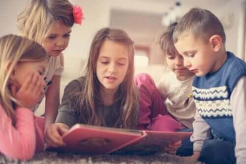 Dzieci czytające książkę