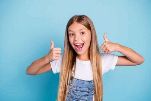 Dziewczynka z pozytywnym nastawieniem