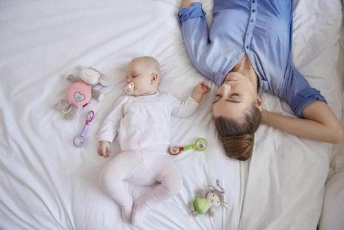 Sen świeżo upieczonej mamy po narodzinach dziecka