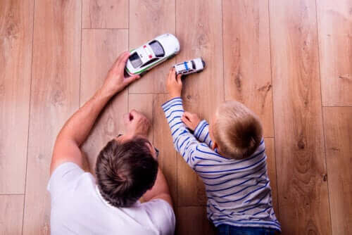 Tata bawiący się z synem