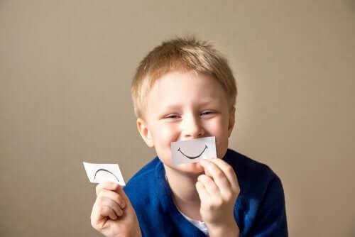 Chłopiec z dwoma minami