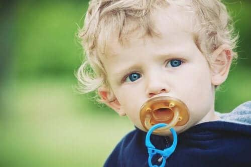 Chłopiec ze smoczkiem - używanie smoczka
