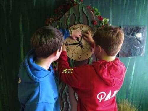 Dzieci nastawiające zegar - escape room