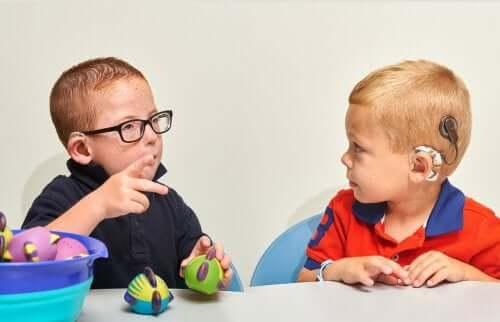 Dzieci rozmawiające za pomocą języka migowego - wychowywanie głuchego dziecka
