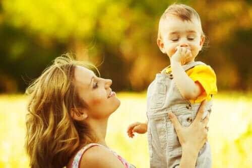 Małe dziecko z mamą