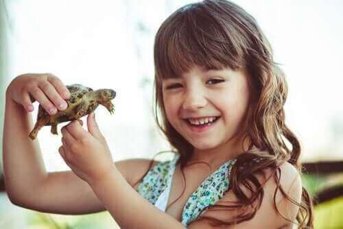 Dziewczynka trzymająca żółwia