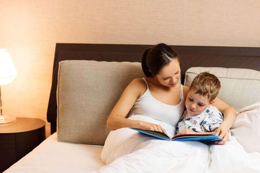 Mama czytająca z synem