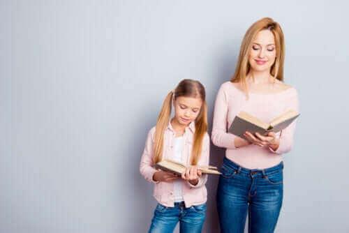 Mama i córka z książkami