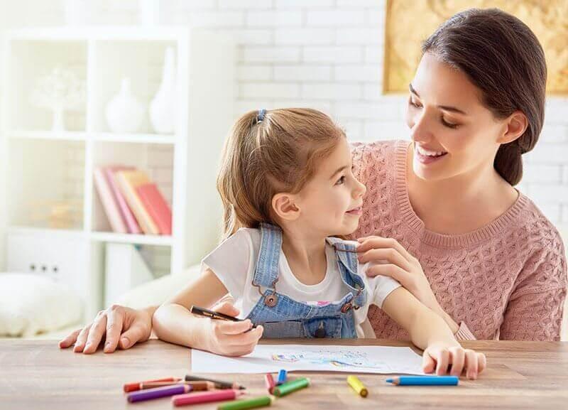 Mama rysująca z córką