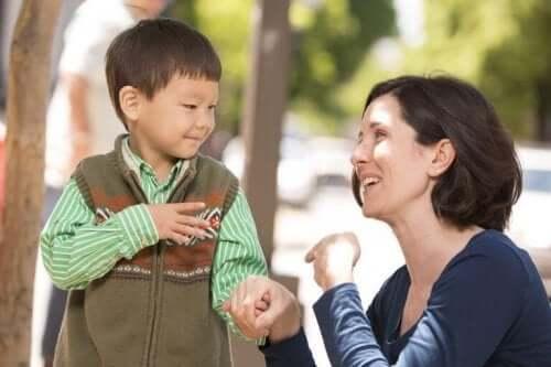 Mama używająca języka migowego - wychowywanie głuchego dziecka