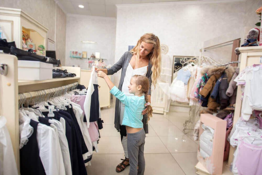 Mama z córką w sklepie