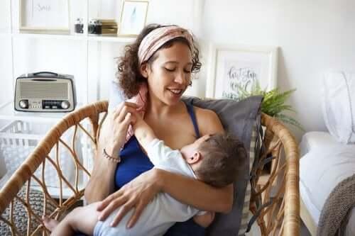 Matka karmiąca dziecko piersią