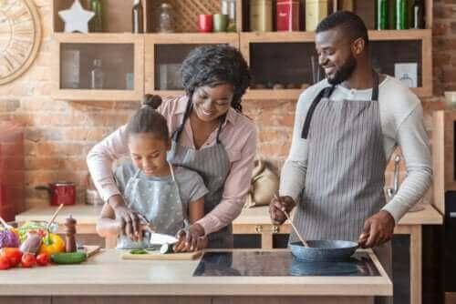 Rodzice gotujący z córką