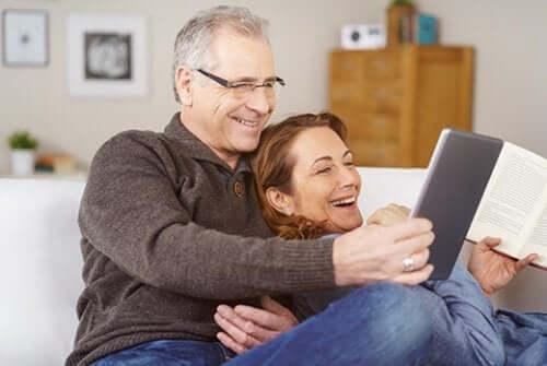 Rodzice oglądają album ze zdjęciami