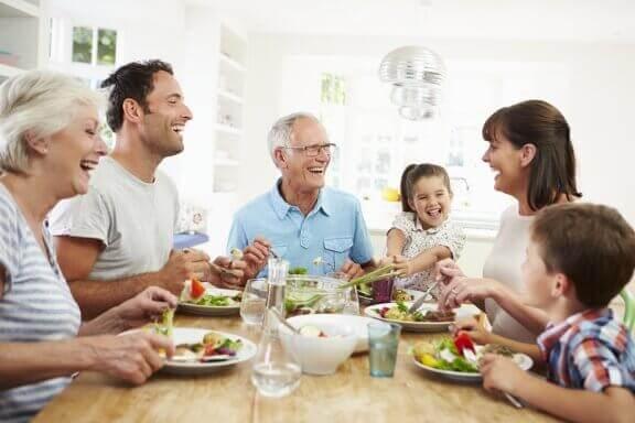 Rodzina jedząca kolację - celiakia