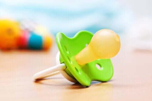 Używanie smoczka przez niemowlęta: zalety i obawy