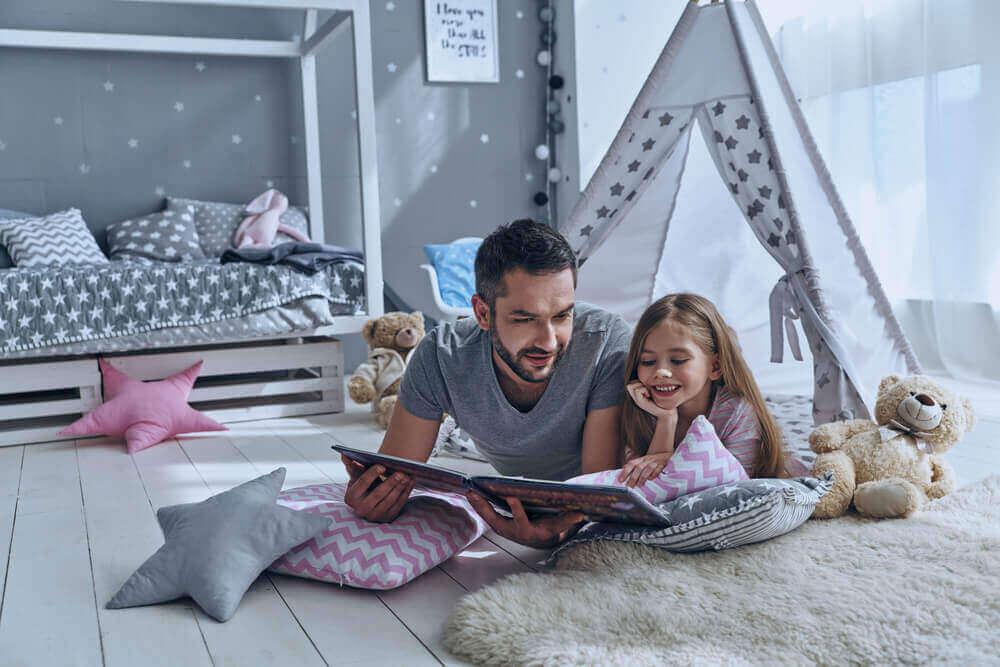 Tata czytający z córką