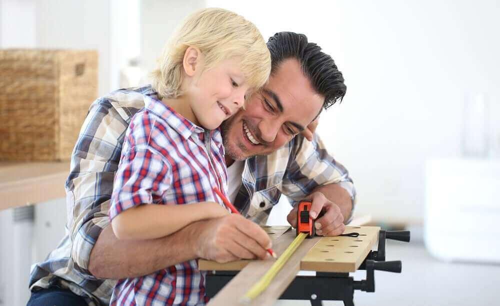 Tata majsterkujący z synem - nauczanie nieformalne