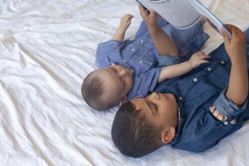 Czytanie bajki o zazdrości dzieciom